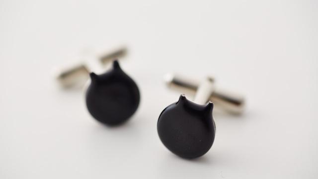 黒いコンデンサを黒猫に見立てたカフス。これ好きだ。