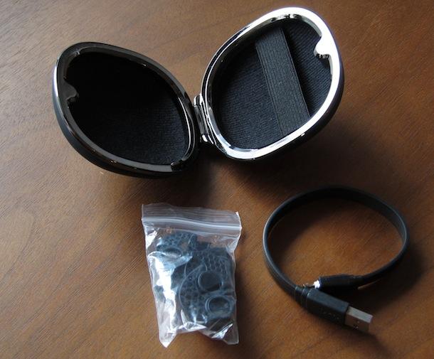 ケースの中に付属品が入ってます。イヤーキャップとイヤークッションと充電用ケーブル。